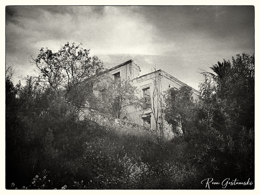 The side elevation of the abandoned cortijo - photo after additional editing in Capture One