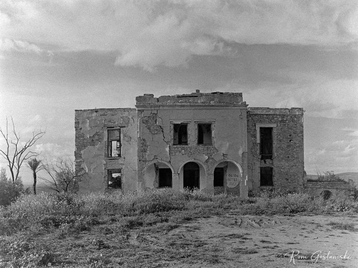 The front facade of the abandoned cortijo