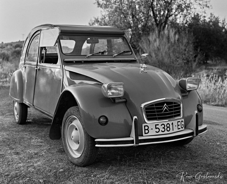Front view of the Citroën 2CV.