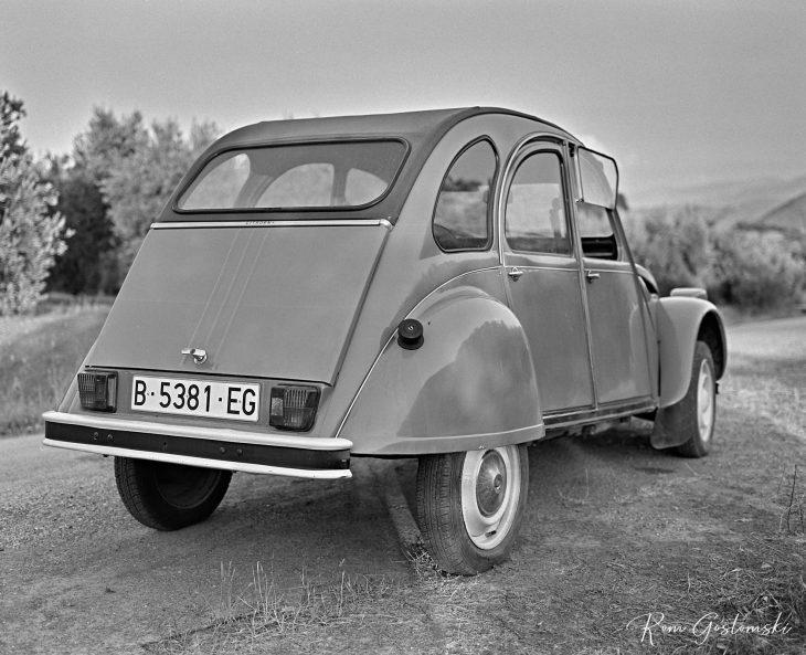 The Citroën 2 CV viewed from the back.