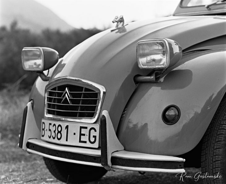 Citroen 2 CV - the front of the car showing bumper, grill and headlights
