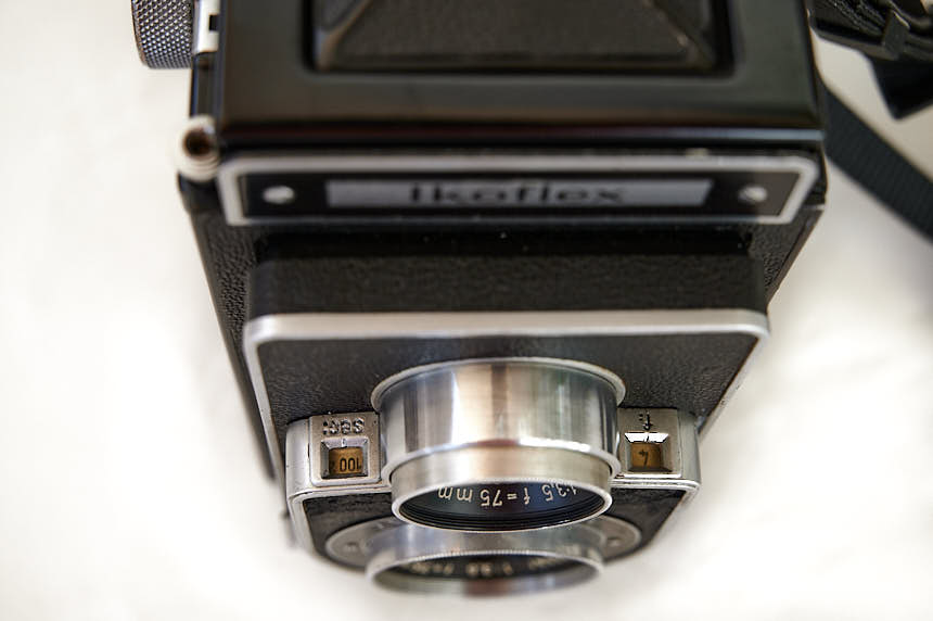 Looking down on the Ikoflex IIa - the aperture and shutter values displayed in the ​​in two windows