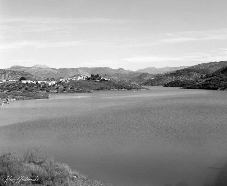 Black and white photograph of the Viboras reservoir viewed from the Periurban Park next to the dam.