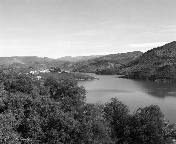 Black and white photograph of the Víboras Reservoir and the village of Las Casillas